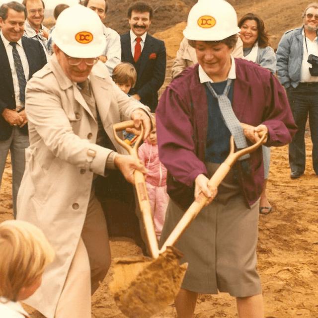 Gérald Lacombe et Rolande Faucher lors de la première pelletée de terre en 1984