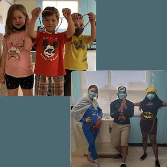 Enfants avec colliers dans les mains et animateurs habillés en superhéros
