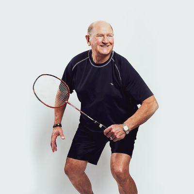 Homme jouant au badminton