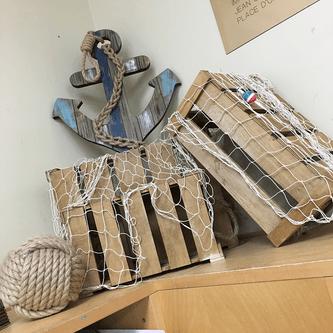 Ancre de bateau et boîtes en bois