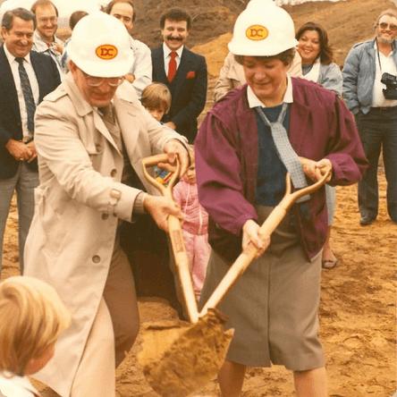 1984 : Gérald Lacombe et Rolande Faucher lors de la première pelletée de terre.