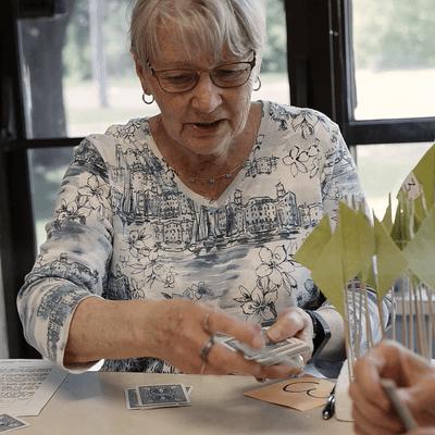 femmes qui jouent aux cartes