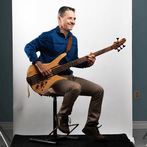 Homme qui joue de la basse électrique
