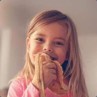 Enfant qui mange une banane