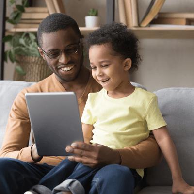 Parent et enfant utilisant une tablette