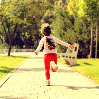 Jeune fille qui court dans un parc
