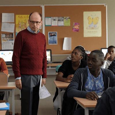 Enseignant et élèves du secondaire dans une salle de classe