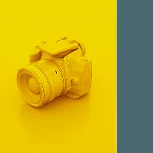 Caméra sur un arrière-plan jaune