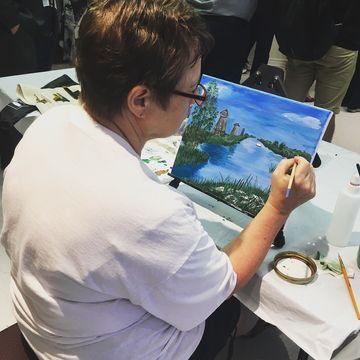 Artiste de 50 ans et plus qui peint