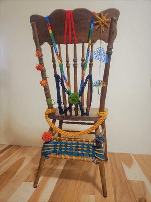 Chaise avec œuvres en tricot