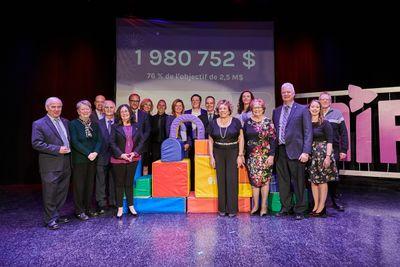 Photos de gens sur scène lors du lancement de campagne majeure de financement du MIFO