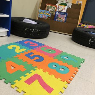 Pneus dans un espace de lecture pour les enfants