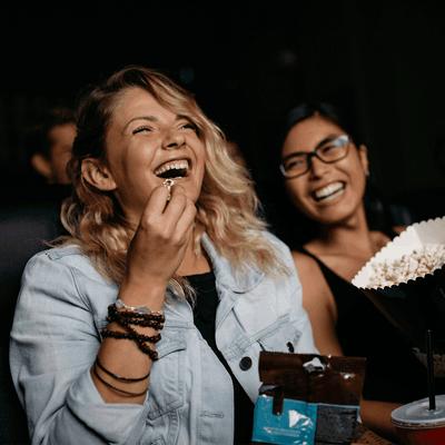 Jeunes femmes au cinéma