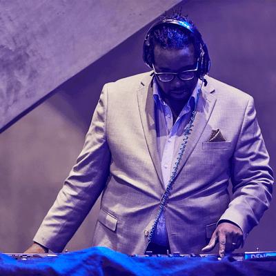 DJ à l'animation musicale lors d'un événement du MIFO