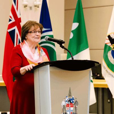 Madame Trèva Cousineau, présidente du MIFO au micro