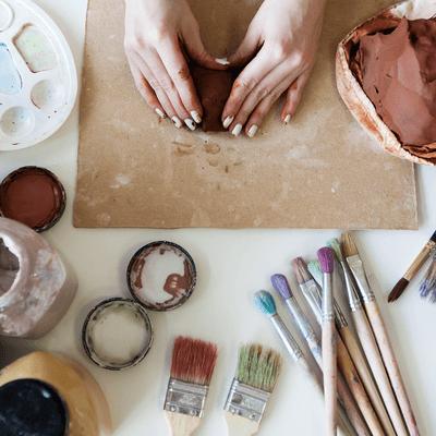 Mains de femmes qui travaillent l'argile