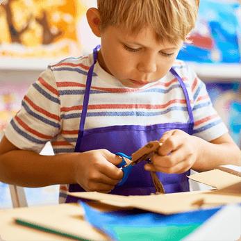 Enfant qui découpe du papier