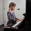 Petite fille qui joue le piano