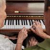 Homme et femme jouant au piano